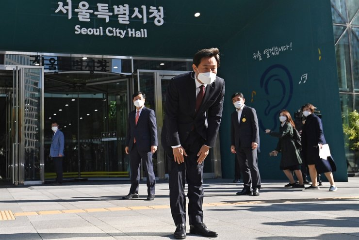 Oh Se-hoon, winner of the Seoul mayoral by-election earlier this week, bows to citizens before he enters Seoul City Hall, Thursday, to begin his third term as mayor. Yonhap