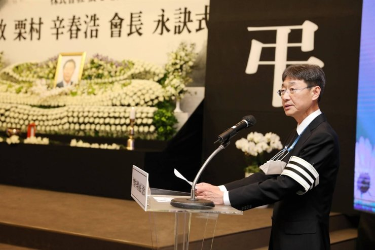 Nongshim Vice Chairman Shin Dong-won addresses mourners at the funeral of his father, Chairman Shin Choon-ho, in Seoul, March 30. Courtesy of Nongshim