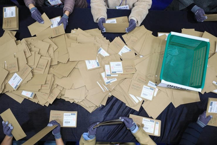 Election staffers count ballots for the Seoul mayoral by-election at Gyeonggi Commercial High School in Jongno District, Seoul, Wednesday. Korea Times photo by Choi Won-suk