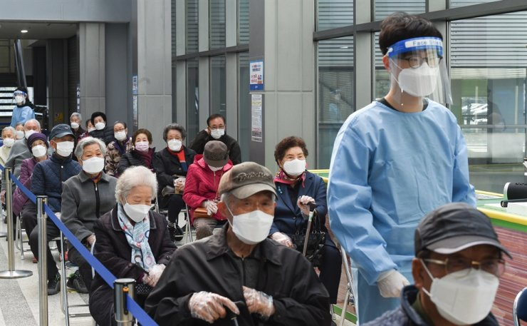 Elderly people aged over 75 wait to receive their first shot of the coronavirus vaccine from Pfizer at a vaccination center in Songpa District, Seoul, April 1. Korea Times file