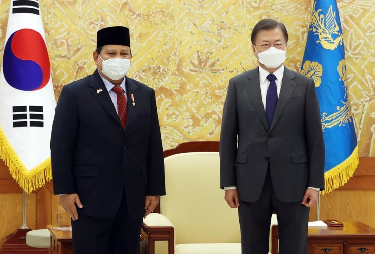 President Moon Jae-in poses with Indonesian Defense Minister Prabowo Subianto during the latter's visit to Cheong Wa Dae, Thursday. Joint press corps