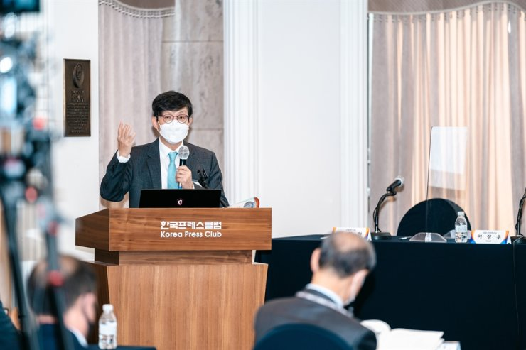 Lee Jang-woo, a professor of business administration at Kyungpook National University and the chairman of the Institute for Success and Economy, speaks during a K-pop seminar at the Korea Press Center in Seoul, Thursday. Courtesy of Institute for Success and Economy