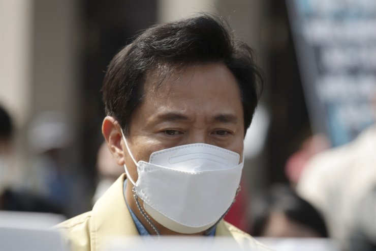 Seoul Mayor Oh Se-hoon wearing a face mask as a precaution against the coronavirus is briefed at a temporary screening clinic for coronavirus in Seoul, April 10. AP