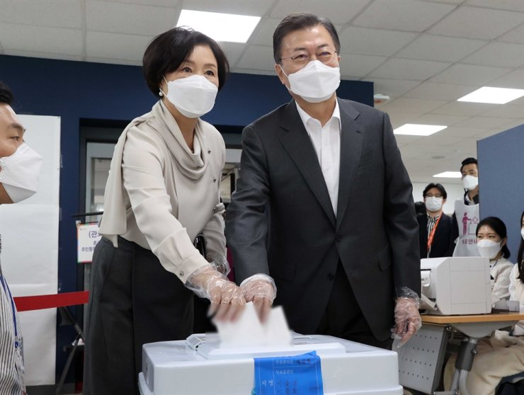 President Moon Jae-in and his wife Kim Jung-sook cast their ballots at a polling station in Seoul, Friday, the first day of a two-day early voting period ahead of the April 7 by-elections for mayors of Seoul and Busan. Moon's approval rating has fallen for the third consecutive week, reaching an all-time low of 32 percent, according to a recent poll. Yonhap