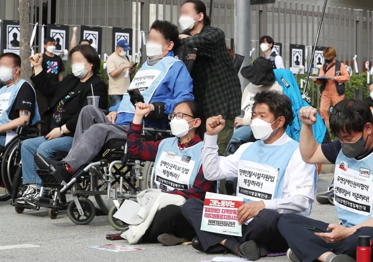 Civic groups representing people with disabilities call for the eradication of discrimination against disabled people during a rally near the Ministry of Health and Welfare building in Sejong, Tuesday. The event was organized to mark the Day of the Disabled People in Korea which falls on April 20. Yonhap