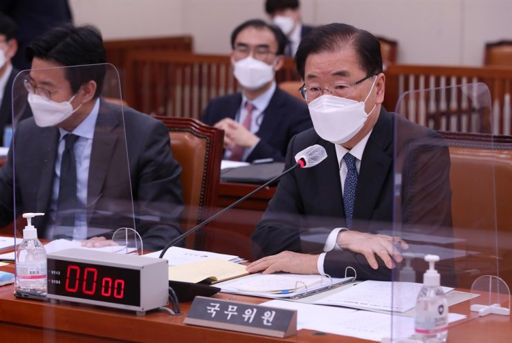 Foreign Minister Chung Eui-yong answers to a question from one of the lawmakers during the National Assembly Foreign Affairs and Unification Committee's plenary meeting at the National Assembly in Yeouido, Seoul's Yeongdeungpo District, Tuesday. Yonhap