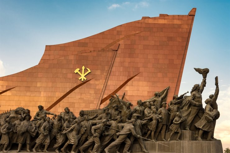 Bronze statues at the Grand Monument on Mansu Hill in Pyongyang, North Korea / gettyimagesbank