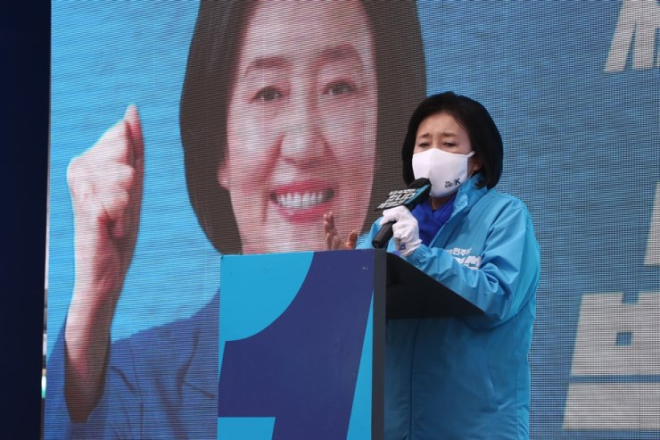 Park Young-sun, ruling Democratic Party of Korea's Seoul mayoral candidate in the April 7 by-elections, delivers a speech during a campaign at Jongno District, Tuesday, the last day of the 13-day official campaign period. Korea Times photo by Shin Hyun-chul