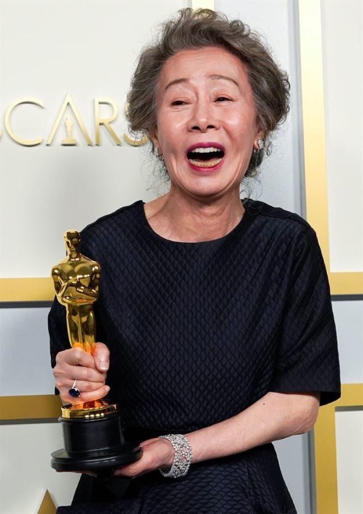 Youn Yuh-Jung, winner of the award for Best Actress in a Supporting Role for 'Minari,' poses in the press room at the Oscars in Los Angeles, Sunday (local time). Reuters-Yonhap