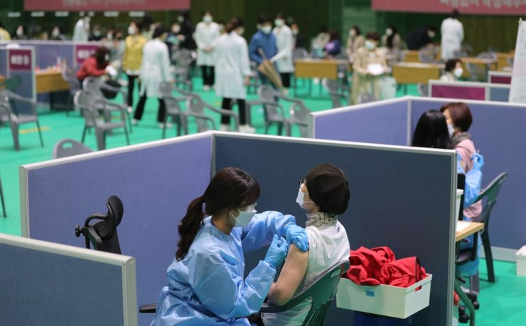 Special school teachers receive their first shots of the AstraZeneca vaccine at a vaccination site in Gwangju, Monday. Yonhap