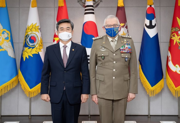 South Korea's Defense Minister Suh Wook, left, and the EU Military Committee Chairman Claudio Graziano at the defense ministry's headquarters in Seoul's Yongsan District, April 7. Courtesy of Ministry of National Defense