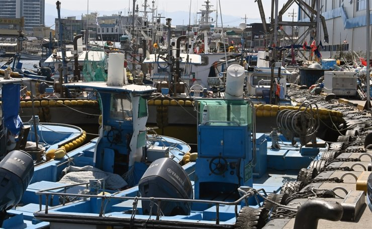 Ships are docked at Jumunjin Port in Gangneung, Gangwon Province, April 19, after a number of fishermen from the city have been tested positive to COVID-19. Yonhap