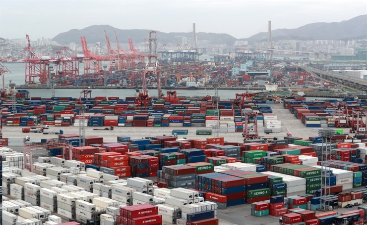 Containers fill the platform of a port in Busan. Yonhap