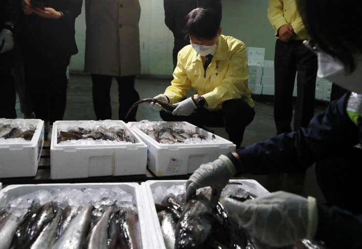 Minister of Food and Drug Safety Kim Gang-lip checks on the testing for radiation contamination of fishery products imported from Japan, at Gamcheon Port in Busan, April 19, amid growing concerns over safety following Tokyo's decision to release massive amounts of radioactive water into the sea. Yonhap