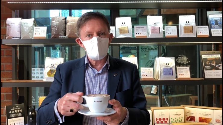 New Zealand Ambassador to Korea Philip Turner holds a porcelain cup instead of a disposable one as part of the #GoGoChallenge in this video posted on the embassy's social media on March 23. Captured from Facebook