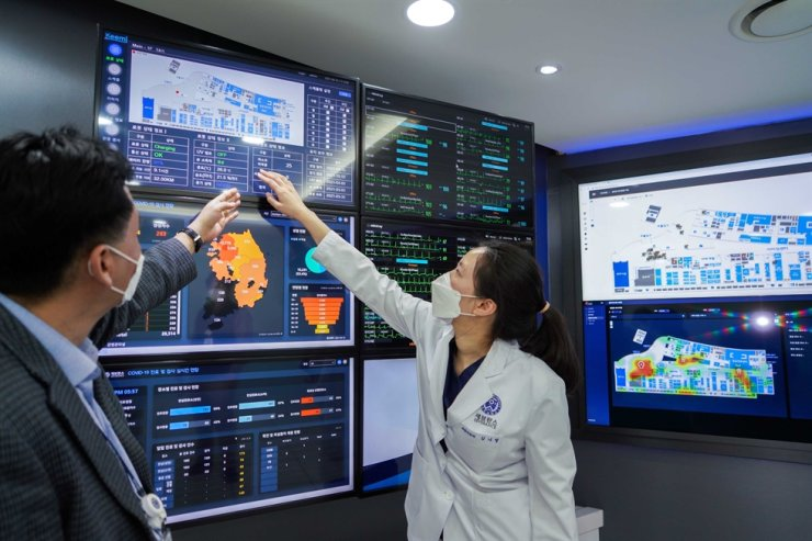 Officials of Yongin Severance Hospital in Yongin, Gyeonggi Province, check real-time location of 'Keemi' from the hospital's control tower room. Courtesy of SK Telecom