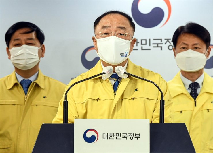 Acting Prime Minister Hong Nam-ki announces a statement to the public regarding the country's COVID-19 inoculation plan at the Government Complex in Seoul, Monday. Korea Times photo by Shim Hyun-chul