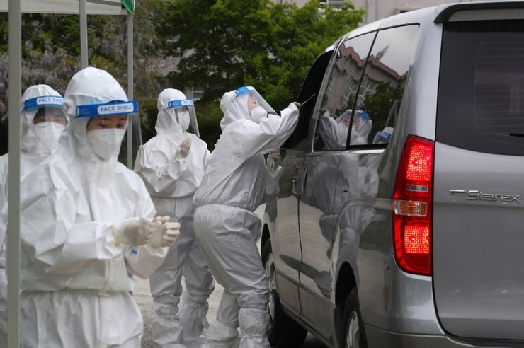 South Korea's daily new COVID-19 infections stayed in the 600s for a third consecutive day Friday as the health authorities continue to ramp up their vigilance amid growing concerns over a looming fourth wave of the coronavirus pandemic. Yonhap