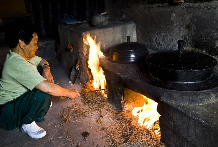 A traditional kitchen is in use to power ondol floor heating, in Sajik Village, Jangsu County, North Jeolla Province. / Korea Times file