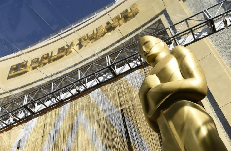 In this Feb. 24, 2016, file photo, an Oscar statue is pictured underneath the entrance to the Dolby Theatre in Los Angeles. AP-Yonhap