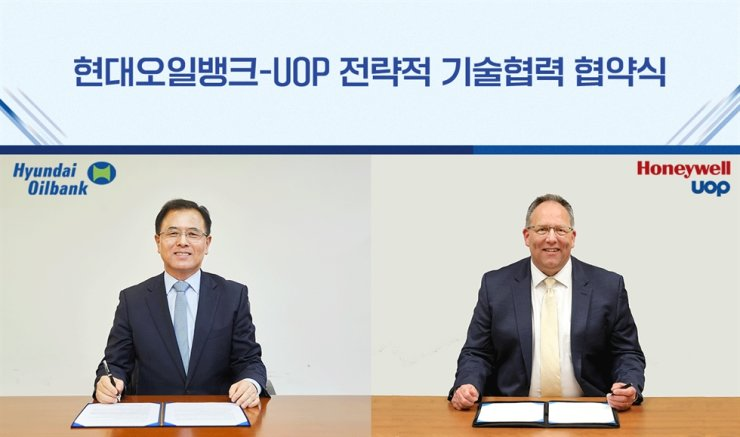 Hyundai Oilbank CEO Kang Dal-ho and Honeywell UOP CEO Bryan Glover sign an MOU, Tuesday, to increase cooperation in the eco-friendly energy sector. Courtesy of Hyundai Oilbank