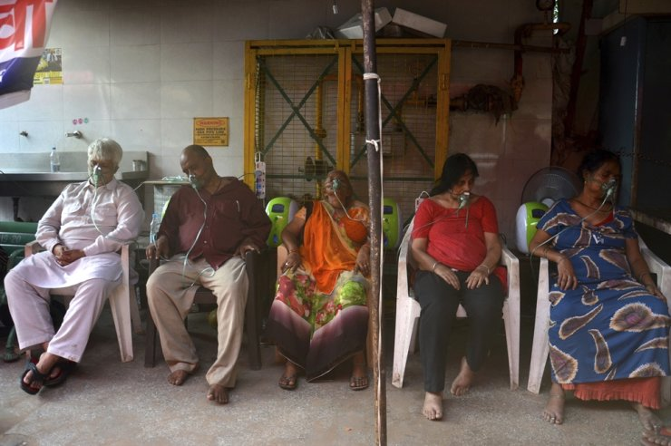 COVID-19 patients receive oxygen outside a Gurdwara, a Sikh house of worship, in New Delhi, May 1. AP-Yonhap