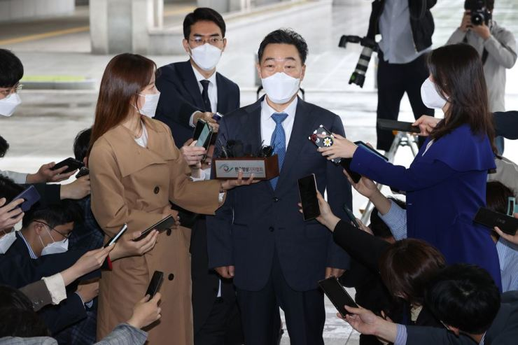 Kim Oh-soo, nominee for the prosecutor general post, answers reporters' questions at Seoul High Prosecutors' Office in southern Seoul, Tuesday. Yonhap