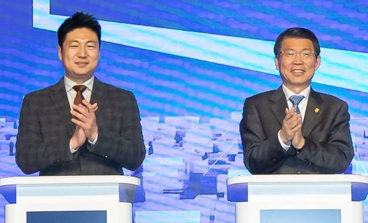 KakaoPay CEO Ryu Young-joon, left, and Financial Services Commission (FSC) Chairman Eun Sung-soo applaud at the ceremony for the launch of the open banking service in this December 2019 file photo. Courtesy of FSC