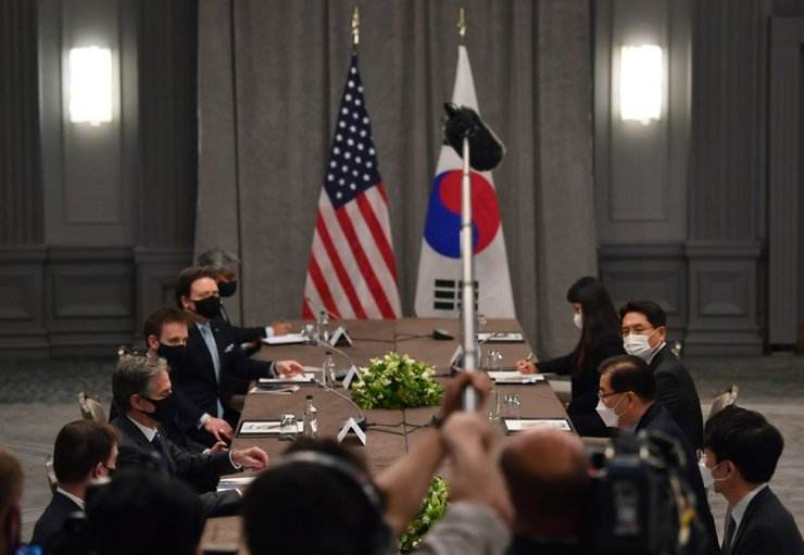 United States Secretary of State Antony Blinken, second left, wearing a face mask to curb the spread of coronavirus, speaks to South Korea's Foreign Minister Chung Eui-yong, third right, during bilateral talks on the sidelines of a G7 foreign ministers' meeting, at the Grosvenor House Hotel, London, May 3. AP-Yonhap