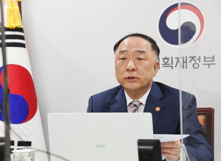 Finance Minister Hong Nam-ki talks to Asian Development Bank President Masatsugu Asakawa on online video conference at the Government Complex Building in Seoul, Tuesday. Yonhap