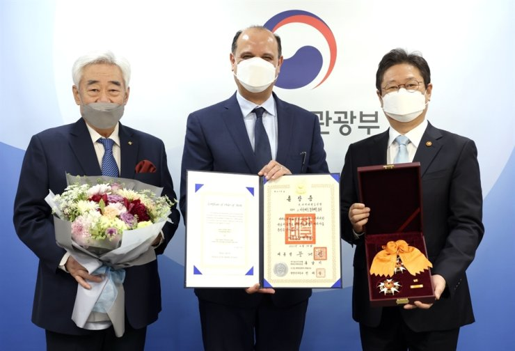 From left, World Taekwondo President Choue Chung-won, Ambassador of Egypt in Korea Hazem Mostafa Ibrahim Fahmy and Korean Minister of Culture, Sports and Tourism Hwang Hee post during a ceremony where Fahmy received the ministry's Cheongryong Medal on behalf of the family members of the late WT Vice-President Gen. Ahmed Fouly on April 30. Courtesy of World Taekwondo