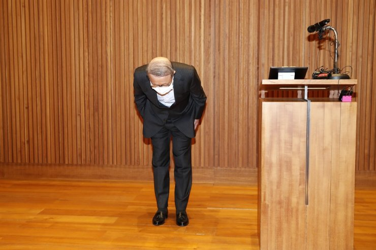Namyang Diary Product Chairman Hong Won-sik bows during an apology Tuesday for claims the company made last month, backed by false reports, that its yogurt drink Bulgaris had anti-viral properties making it effective against the coronavirus causing COVID-19. Yonhap