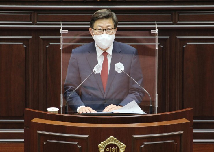 Busan Mayor Park Heong-joon speaks in a session of the city council, April 26. Yonhap