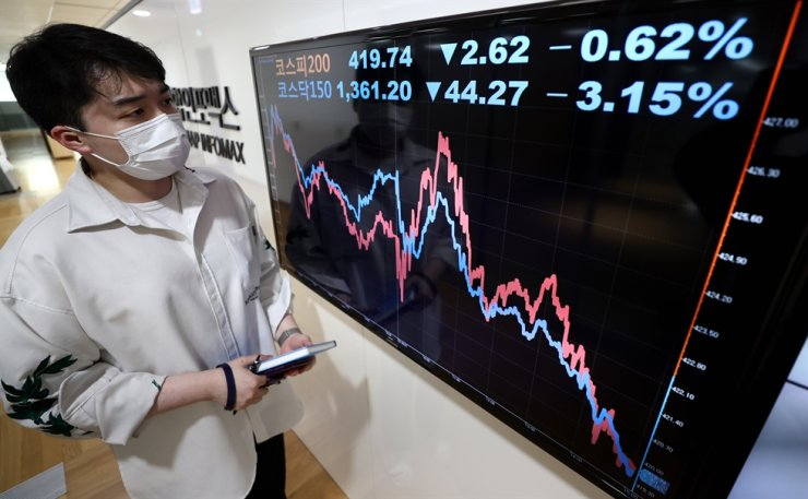 Stock prices on the KOSPI 200 and Kosdaq 150 are displayed on an electronic board set up at Yonhap Infomax, a financial arm of Yonhap News Agency, in Seoul, Monday, when the Financial Services Commission lifted a ban on short-selling of shares. The KOSPI 200 closed at 420.36 points, down 0.47 percent from the previous trading day, and the Kosdaq 150 closed at 1,361.61, down 3.12 percent.    Yonhap