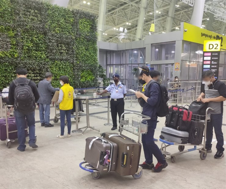 This photo provided by the Consulate General of Korea in Chennai, May 3, shows Korean citizens boarding a special flight to Korea at Chennai International Airport in southern India. Yonhap