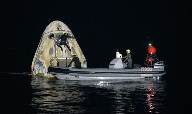 This handout image courtesy of NASA and made available on May 2, 2021, shows the support teams working around the SpaceX Crew Dragon Resilience spacecraft shortly after it landed with NASA astronauts Mike Hopkins, Shannon Walker, and Victor Glover, and Japan Aerospace Exploration Agency (JAXA) astronaut Soichi Noguchi aboard in the Gulf of Mexico off the coast of Panama City, Florida, Sunday. AFP-Yonhap