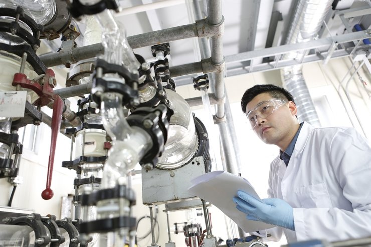 A Kumho Petrochemical technician at the company's central research institute. Courtesy of Kumho Petrochemical
