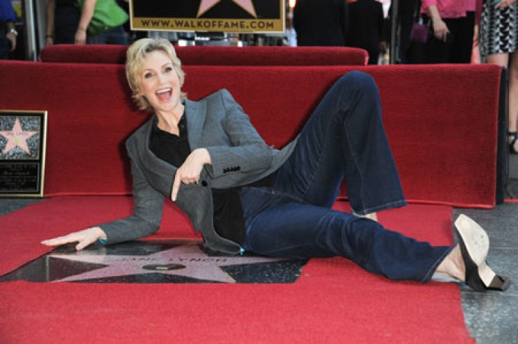 Jane Lynch receives a star on the Hollywood Walk of Fame in Los Angeles, Wednesday. / AP-Yonhap