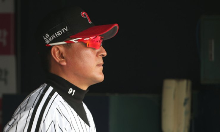 LG Twins manager Kim Ki-tae watches a game against the NC Dinos at Jamsil Baseball Stadium on April 13. / Yonhap