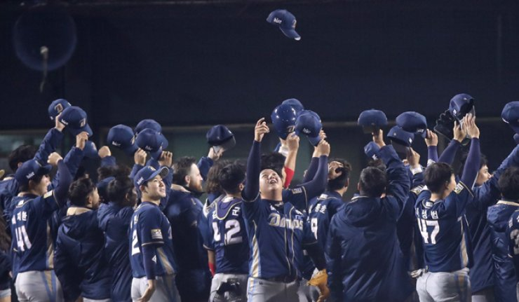 Players of the NC Dinos celebrate their 8-3 win against the LG Twins during Game 4 of the second playoff round of the Korea Baseball Organization (KBO) at Jamsil Baseball Stadium in Seoul, Tuesday. With the win, the Dinos advance to the Korean Series to take on the Doosan Bears on Saturday. / Yonhap
