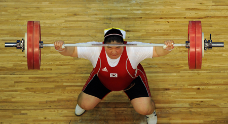 Jang Mi-ran expresses her disappointment after lifting a total of 289 kilogram in the London Olympics women's over 75 kilogram weightlifting event at the ExCeL London Exhibition and Convention Center in the U.K., in this Aug. 6, 2012, file photo. She finished fourth. / Korea Times file