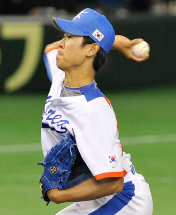 Yoon Suk-min throws against China in the first inning of the World Baseball Classic game at the Tokyo Dome, Japan, in 2009. The newest Baltimore Orioles pitcher will likely get his first game for the Orioles in an exhibition game against the New York Yankees on Sunday (KST). / AFP-Yonhap
