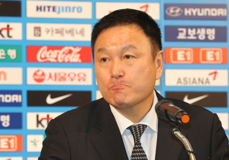 Korea Football Association Vice-President Hur Jung-moo reacts during a news conference at the KFA's building in downtown Seoul, Thursday. He announced the KFA's decision to retain Korea coach Hong Myung-bo despite the national squad's dismal World Cup run. / Yonhap