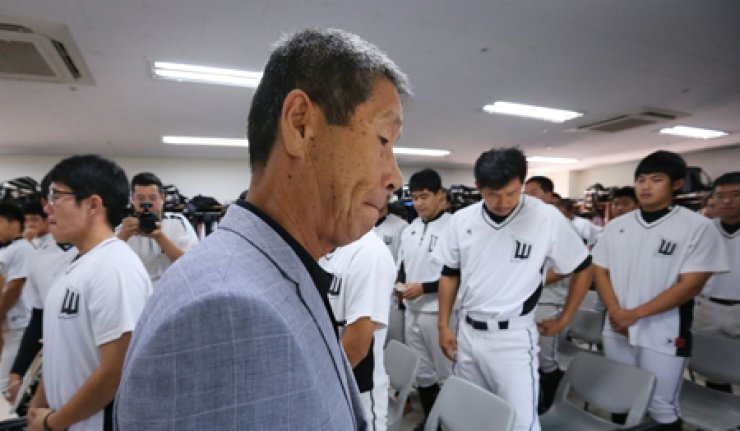 Goyang Wonders coach Kim Sung-keun leaves after he talked to players during a meeting at the Goyang national baseball team training field, Thursday, when the club declared it was disbanding. / Yonhap