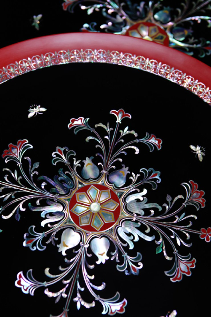 Trips to find craftsmen's masterpieces will enrich cultural experiences. A lacquer dining table inlaid with mother-of-pearl made by master Lee Hyeong-man in Wonju, Gangwon Province./ Courtesy of Korea Tourism Organization