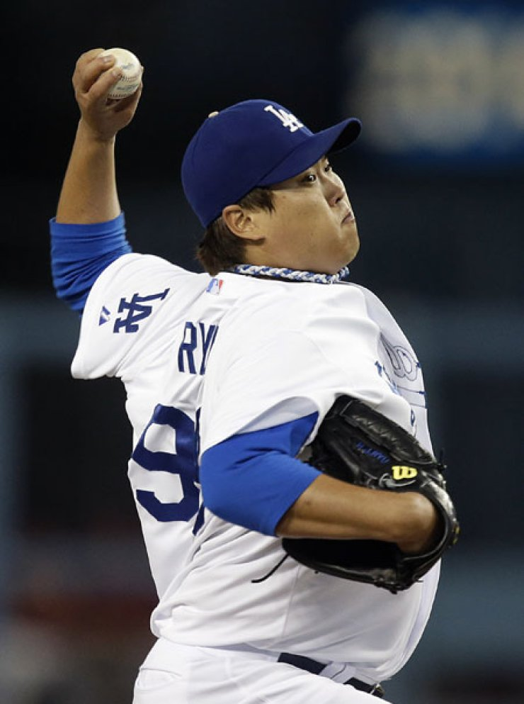 Los Angeles Dodgers starting pitcher Ryu Hyun-jin throws against the Arizona Diamondbacks during the first inning of their game in Los Angeles,Wednesday. Dodgers lost 4-1. / AP-Yonhap