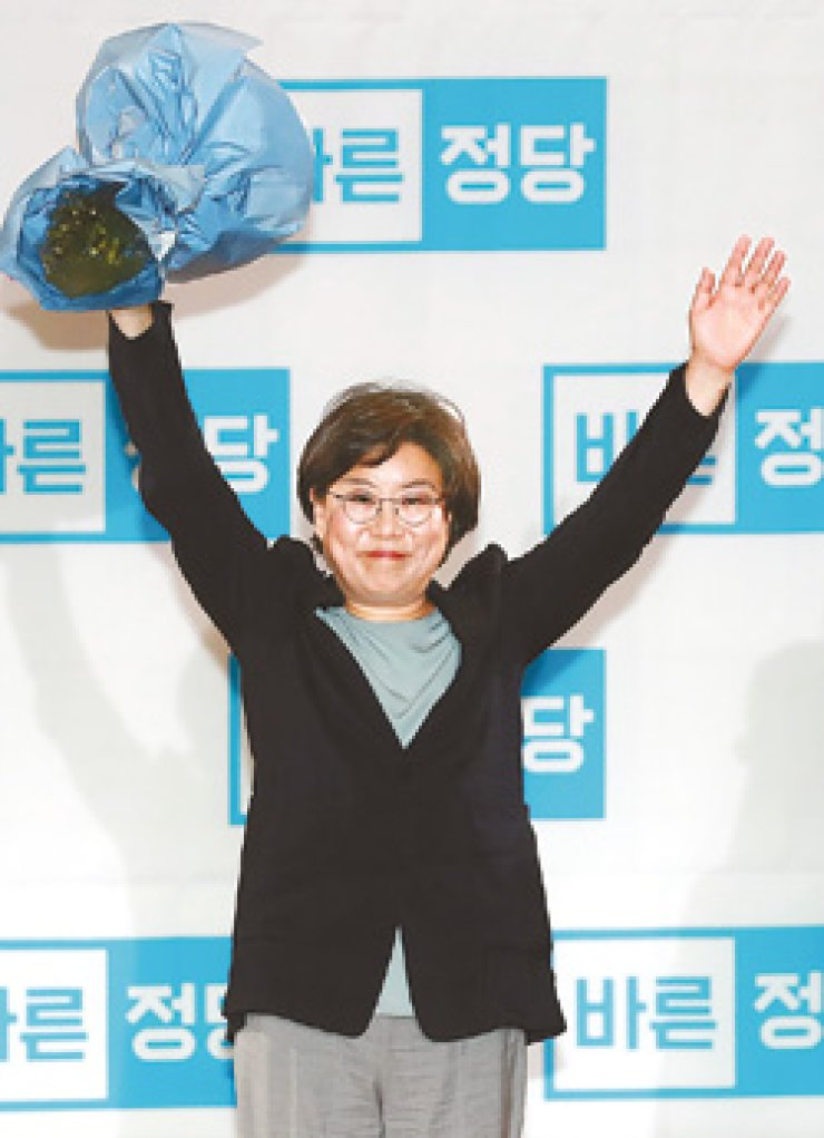 Rep. Lee Hye-hoon waves hands at party members after being elected as the new leader of the Bareun Party at a national convention at the National Assembly, Monday. / Yonhap