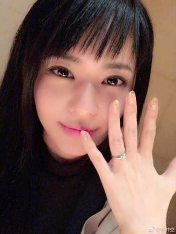 DJ NON, Sora Aoi's husband-to-be, pours wine into a glass in this photo posted on her blog on Jan. 1.
