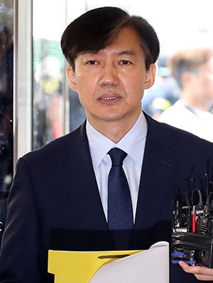 Investigators search an office of Kongju National University in Gongju, South Chungcheong Province, Tuesday, as part of the prosecution's investigation into allegations surrounding justice minister nominee Cho Kuk. Yonhap