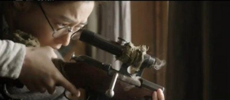 Jun Ji-hyun, above, and Ha Jeong-woo in scenes from 'Assassination' / Screen capture from YouTube
